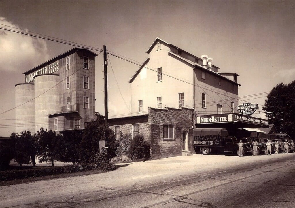 Midwestern Pet Foods (now Earthborn Holistic) milling company in 1926